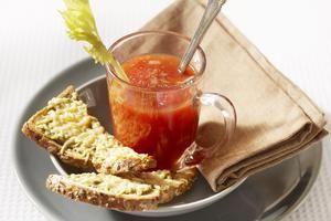 Maïsbrood-clubsandwich met limoenricotta en aardbeien - Brood.net