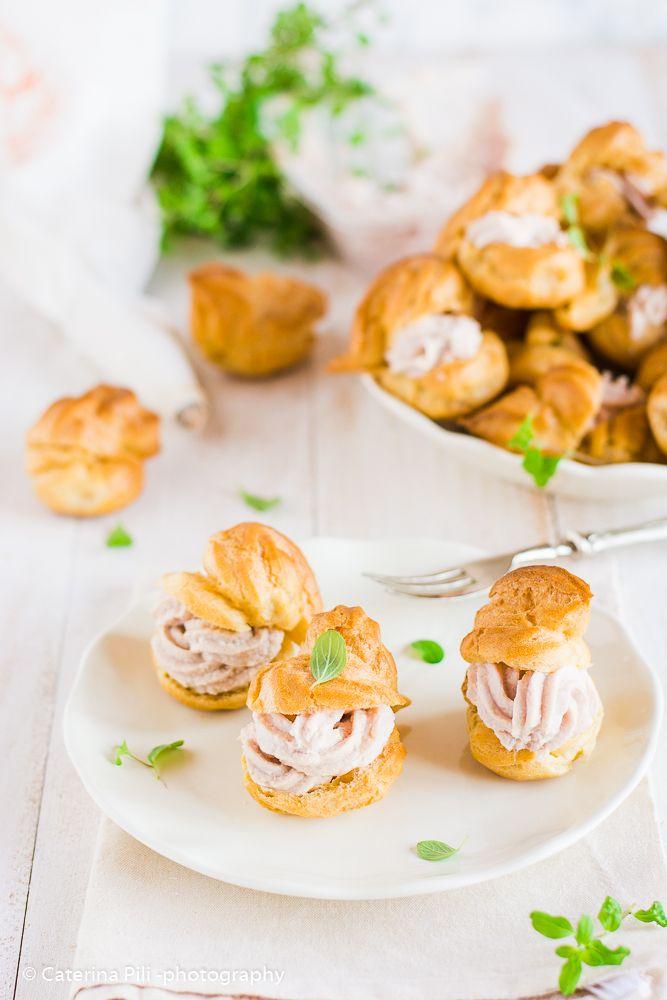 Un antipasto delizioso con bignè leggeri senza burro con ripieno di tonno e ricotta oppure di prosciutto con ricotta