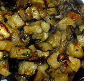 Ingredienti: 1 kg. di melanzane, 4 spicchi di aglio, prezzemolo, olio extra vergine d'oliva, sale, pepe. Preparazione: Lavare e tagliare le melanzane a tocchetti. Salarle e farle scaricare pe…