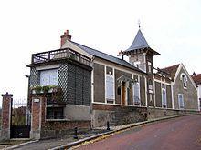Photo de la maison de Maurice Ravel à Montfort-l'Amaury.Ravel se fixa à Montfort-l'Amaury en 1921. Sa maison, le Belvédère, conservée en l'état selon la volonté de son frère, abrite un musée depuis 1971 et fait l'objet d'une inscription auprès des monuments historiques depuis 1994. repris par Catherine Grenier