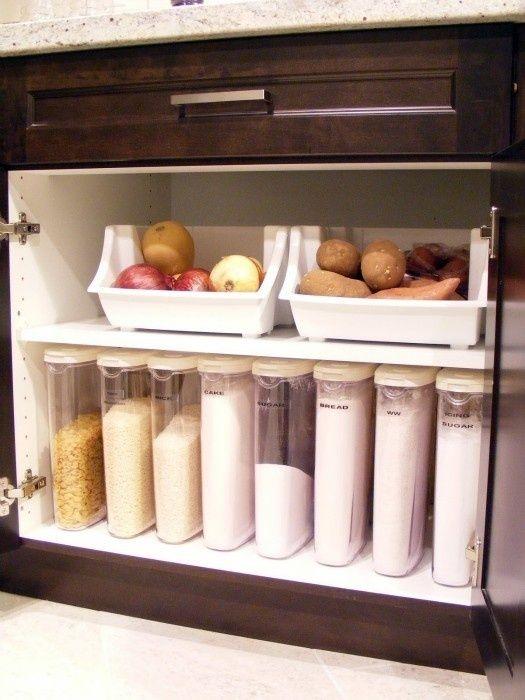 普段から調味料や食材を決まった容器に入れ替えたりしておくと、冷蔵庫も保存棚などもすっきりしていつもきれいに保てます。また、空いた不要な容器を早めに捨てることで、年末のゴミ捨て時などにゴミが残らなくて助かります。そこで、使い勝手の良い、キッチンの食材保存の収納例をご紹介させていただきます。