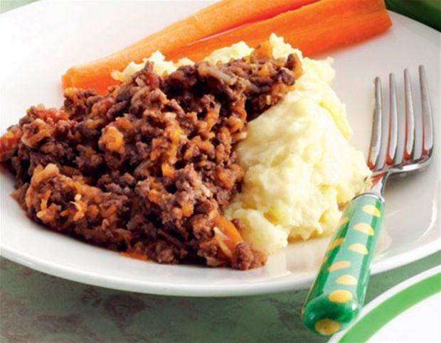 Mormors kødsovs med kartoffelmos og gulerødder