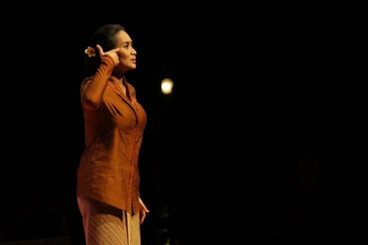 Pentas Monolog Inggit oleh Happy Salma: Konflik Batin Istri Sang Proklamator