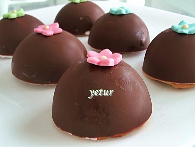 malzemeler:   3 paket sütlü çikolata  mousse için:  1 poşet sade toz krem şanti  1 kaşık pudra şekeri  1/2 su bardağı soğuk süt  1 yumur...