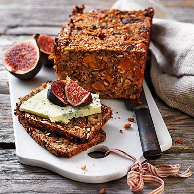 Det är inte bara nyponsoppa man kan göra av nyponskalsmjöl. Mjölet är suveränt att smaksätta bröd med. Som den här snabbt ihoprörda degen med nötter och frön, däribland nyttiga chiafrön, och torkade aprikoser. Rosta gärna brödet i tunna skivor till ostbrickan!