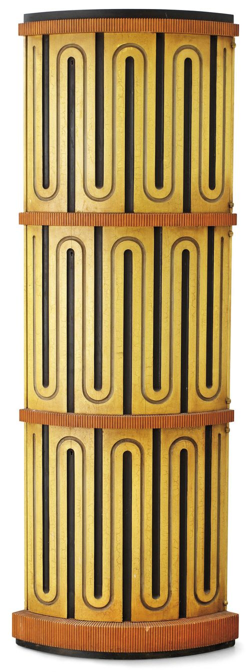 Axel Einar Hjorths skåp Mora av snidad och bemålad furu med rundad front med tre dörrar premiärvisades på Stockholmsutställningen 1930 i hallen för dyrbarare rumsinredningar.