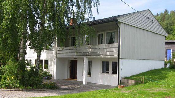 Husarveien 26, et typisk 70-tallshus, hvor forskerne i Sintef foreslo å ettermontere balansert ventilasjonsanlegg med varmegjenvinning.