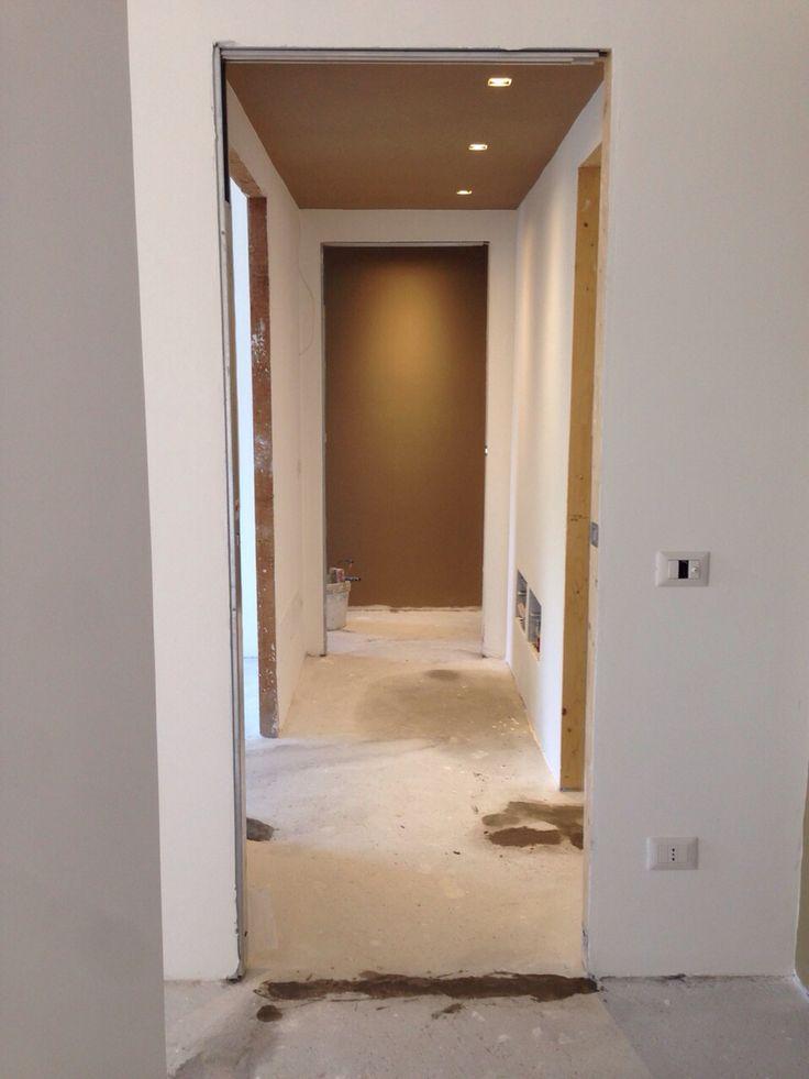 Corridoio con soppalco a colore   RAL 1019 il colore si muove nello spazio alternandosi al bianco