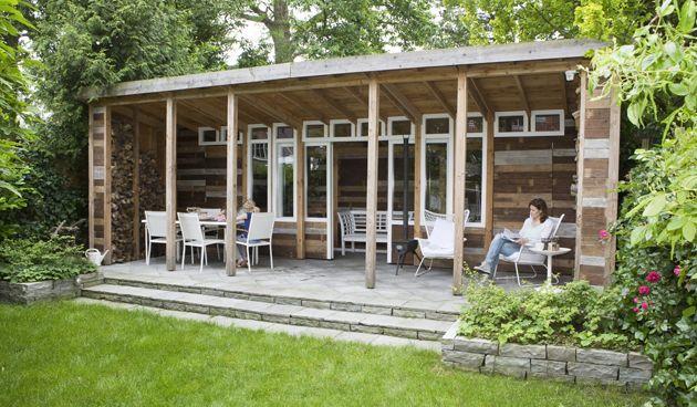 Een tuinhuis met veranda, dat was wat de opdrachtgevers het allerliefste wilden. Carrie Preston ontwierp een klassiek moderne tuin met een tuinhuis gemaakt van oude vloerdelen, dat doet denken aan de meubels van ontwerper Piet Hein Eek. Dit eigentijdse tuinhuis vormt dé blikvanger in het geheel. De tuin is 8 m breed en zo'n 30 Lees verder