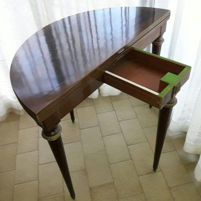 Antigua mesa libro de estilo inglés con forma de media luna. Es ideal para optimizar el espacio utilizándola como mesa de arrime y en caso de preferirlo, transformarla en una mesa redonda. #mesa #arrime #estiloingles #redonda #antique