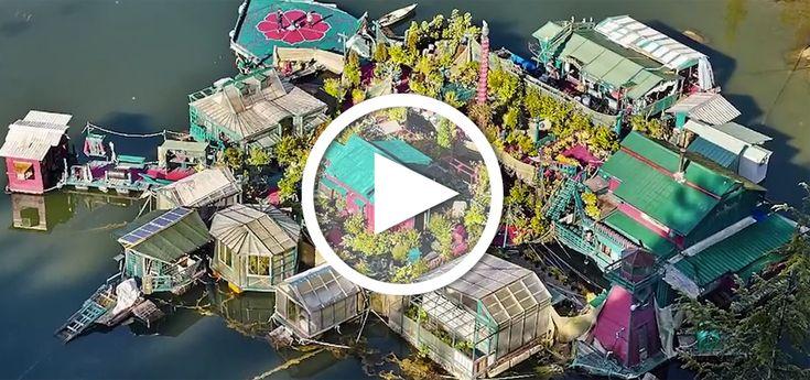 Das schwimmende Zuhause liegt in einer Bucht vor Vancouver Island in Kanada, 45 Minuten Bootsfahrt von der nächsten Stadt entfernt, und bietet praktisch alles, was seine Bewohner zum Leben brauchen.