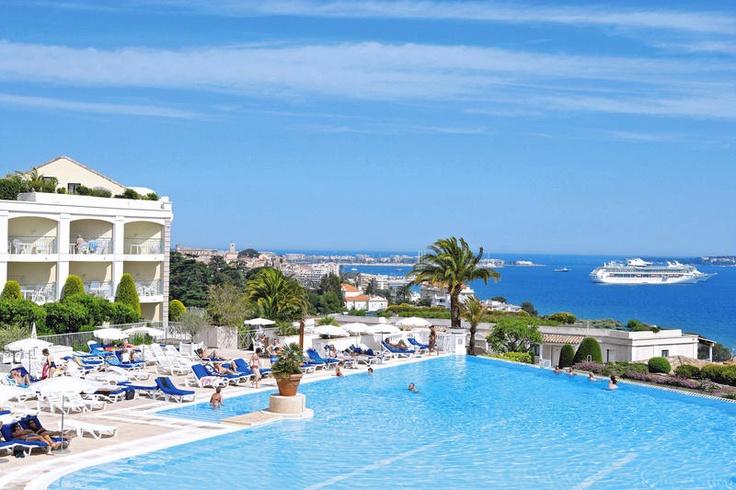 Pierre & Vacances Cannes Villa Francia is een stijlvol complex, gelegen in de stad die terecht de parel van de Franse Rivièra wordt genoemd: Cannes. De appartementen zijn mooi gelegen in La Croix des Gardes, een rustige, groene buitenwijk van Cannes, in een park dat vroeger bij een landhuis hoorde. De wijk is hoger gelegen en zorgt voor een prachtig uitzicht over de zee en de eilanden voor de kust, Les Îles de Lérins.  Je kunt gebruik maken van de gratis buspendeldienst.  Officiële categorie…
