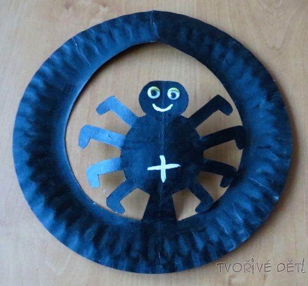 Co takhle čarodějnický klobouček s pavoučkem z dortového talíře ? :-) Potřebujete: papírový dortový talíř, akrylové barvičky, nalepovací očička, nůžky Postup: přehněte dortový talíř napůl, nakreslete si na něj obrys půlku pavoučka, vystřihněte (pozor, ať si jej ...