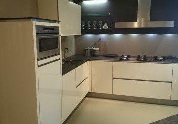 278. Design keuken greeploos. 285 x 270 cm (buitenmaten). Luxe keukenapparatuur inclusief geïntegreerde vaatwasser.