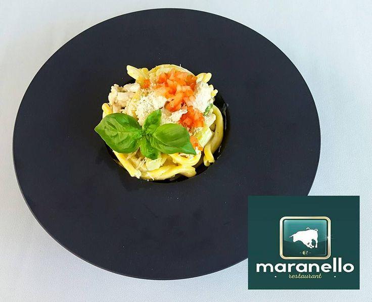 Magiczne moce szparagów już tu są!  I to nie jest talerz ufo tylko STROZZAPRETI ASPARAGUS POLLO czyli makaron strozzapretti z kurczakiem, zielonymi szparagami i sosem cytrynowo-śmietanowym podawany w Restauracji Maranello do końca sezonu szparagowego.  Idealny na lunch.