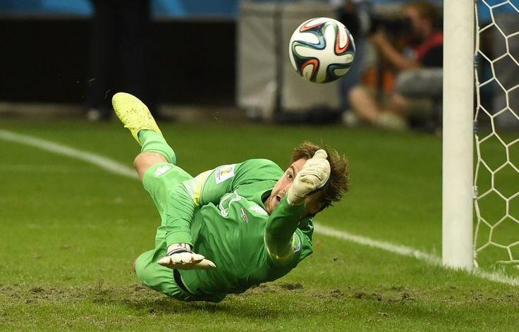 Het Nederlands elftal heeft de halve finale bereikt. Tim Krul stopt pingel. Goeie wissel van Louis!