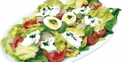 SAŁATKA WIOSENNA  Składniki:  1 duża sałata zielona 4 pomidory 1 pęczek szczypiorku 1 pęczek rzodkiewki 3 jaja 1 ogórek 1 serek wiejski sól pieprz Wykonanie: http://siostra-anastazja.pl/przepis/1225.htm  spring salad, polish cuisine
