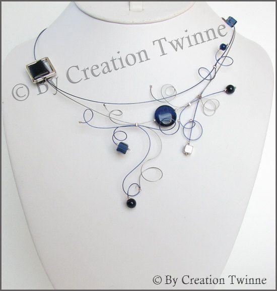bleu marine tourbillonne collier, collier de demoiselles d'honneur, collier funky soirée délicate, cadeaux demoiselles d'honneur, bijoux modernes, cadeau de la mère, cadeau de Noël