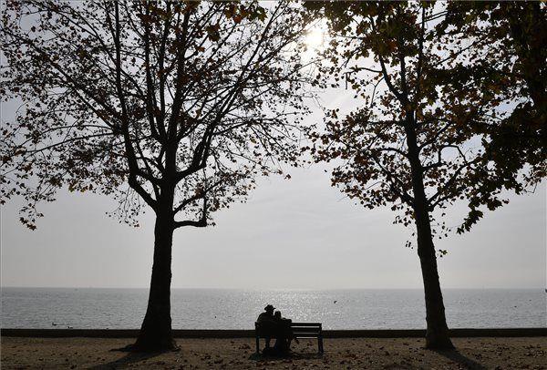 Kirándulók az októberi napsütésben a balatonfüredi Balaton-parton 2017. október 18-án. MTI Fotó: Illyés Tibor