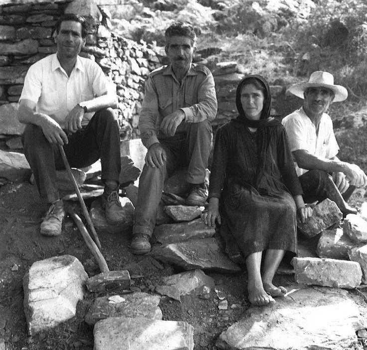 Μάνη 1973.Ομάδα κατασκευαστών ενός καλντεριμιού φωτ.Φώτης Καζάζης
