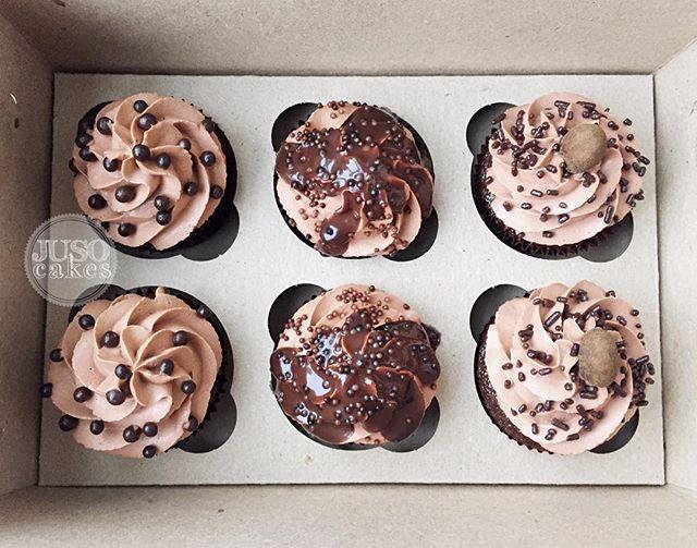 """Пам-пам! Любим мы интересные заказы, ну любим! Этот звучал как """"мне не нужны кексы с ягодками и розовые. Сделайте их побрутальнее, для супруга""""  Ну, добавлять свинец мы не стали, а придержались лаконичного шоколада внутри и снаружи. И завершили все миндалем в бурбоне - #МыПечемКрутыеШтуки #juso_cakes #капкейк #капкейки #кексы #cupcake #cupcakes #шоколад #hersheys #chocolate"""