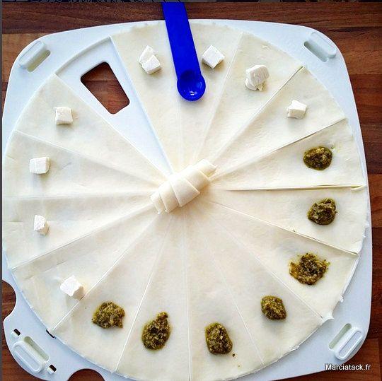 Avec une pâte feuilletée prête à dérouler, faire des minis croissants salés pour l'apéro (au saumon, au poulet, au pesto etc...) est un vrai jeu d'enfant!