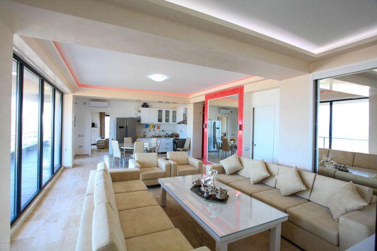 Proprietate speciala - Penthouse de lux in Mamaia Nord amplasat chiar langa plaja!Imobil nou, construit in anul 2016 la mai putin de 70 m fata de promenada, bloc cu 5 etaje amenajat interior si exterior cu finisaje din gama premium. Apartamentul se afla la etajul 5, orientat frontal catre mare cu vedere 180 de grade, fiecare dintre cele 3 camere avand vedere la mare, atat din interior cat si depe terasa. Compartimentarea inteligenta ne ofera un living room generos si luminos cu o suprafata…