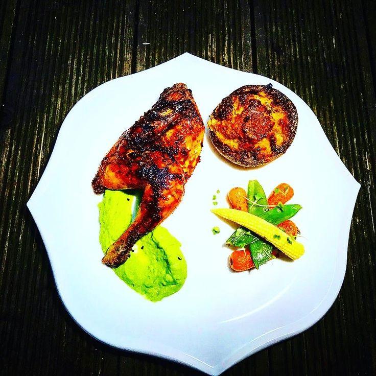 Pisklę+kurczaka+w+Peri+-Peri+na+puree+z+groszku+z+glazurowanymi+warzywami+i+faszerowaną+pieczarką