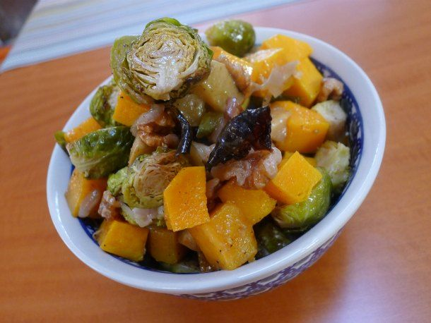 Roasted Brussels sprouts, butternut squash, apples, and candied walnuts. (Healthy) Alternative to all the bacon-heavy Brussels sprouts recipes.Walnut Recipe, Yummy Eating, Occasional Vegetarian, Butternut Squashes, Roasted Brussels Sprouts, Occa Vegetarian, Serious Eating, Vegetarian Roasted, Candies Walnut
