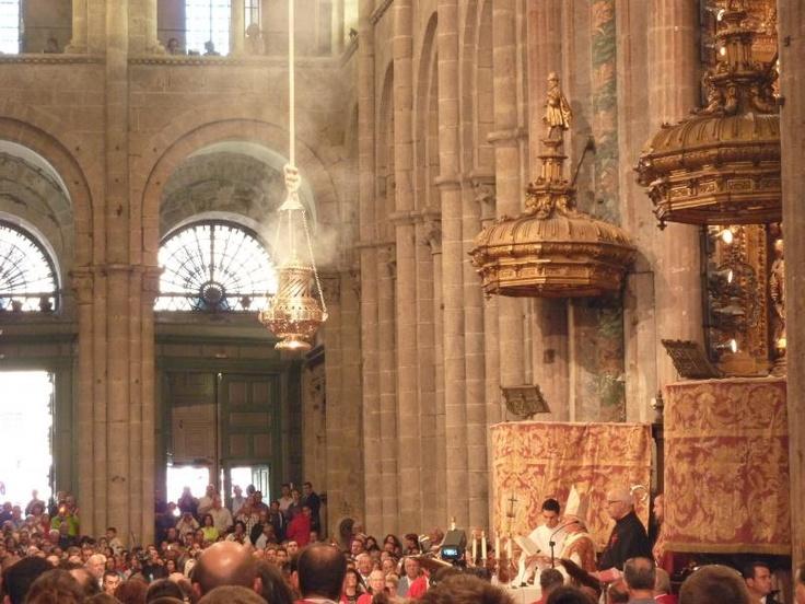 ユーラシア旅行社で行く、北スペインツアーでは、聖地サンティアゴ・デ・コンポステラのアポストル祭のボタフメイロ(巨大香炉振り)の儀式も見学