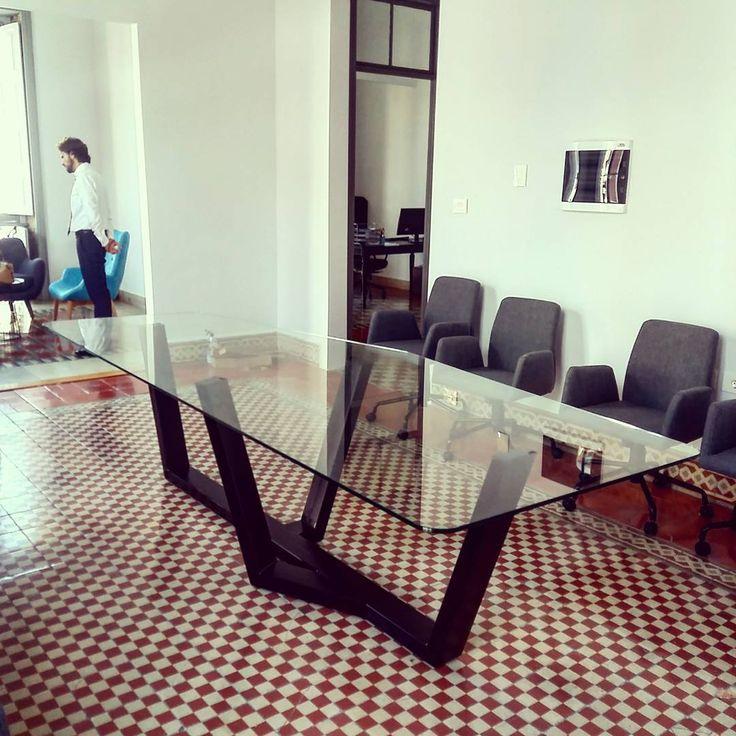 Trabajos a medida que dan la medida de lo que hacemos: Pata de hierro única para una mesa de reuniones de un despacho de abogados en una casa alucinante del centro de Las Palmas.   Encargo de la decoradora @anaabaitua    #polonium209 #amedida #amano #iron #singular #mesaschulas #singulartable #table #oficina #indiedeco #hierroycristal #interiordesign #interiores #deco #grancanaria