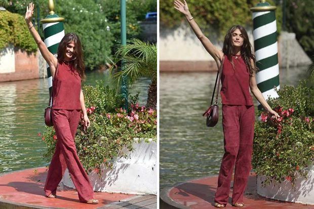 La llegada de las famosas y su paso por la red carpet del Festival Internacional de Cine de Venecia  La modelo Elisa Sednaoui optó por un conjunto en color borravino muy simple, pero el tono elegido le quedaba divino