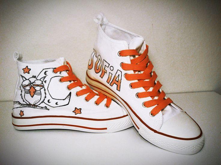 """Zapatillas """"Night is killing me"""" personalizadas. Pintadas a mano con rotuladores textiles, con cordones naranjas a juego."""