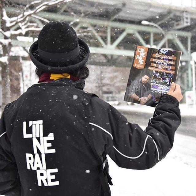 Première neige à Montréal ! Nos braves #camelots sont fidèles au poste :-) . #premiereneige #camelot #litineraire #vente #dehors #mtlmoments #somontreal #winter #neige #streetpaper #vendor #insp #cestlhiver #litineraire
