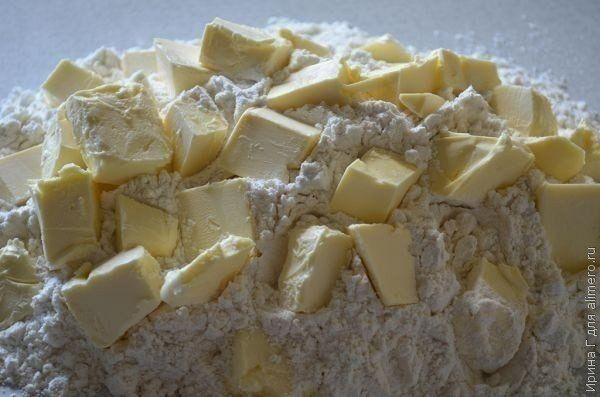Sypaný tvarohový koláč s hrozienkami a bleskovo rýchlou prípravou - stačí Vám 10 minút! - chillin.sk