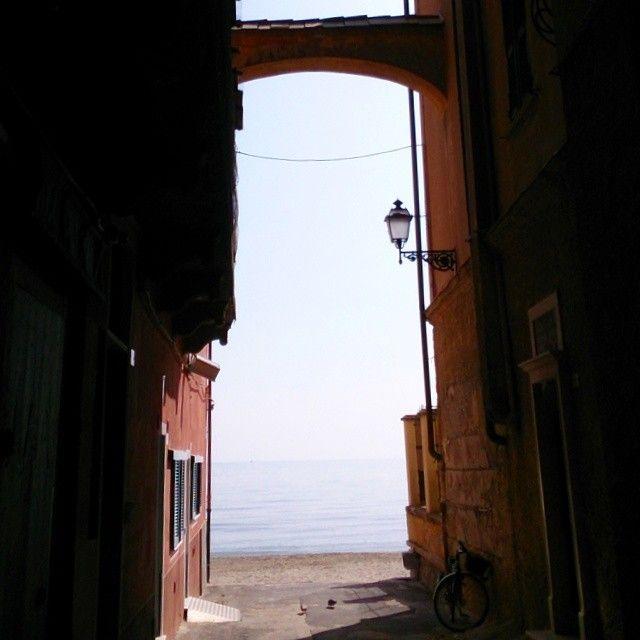 Alla ricerca dei baci di #Alassio passeggiando tra gli splendidi #caruggidiriviera!!! #Liguria #visitriviera #igersitalia #ilikeitaly di @turismoliguria