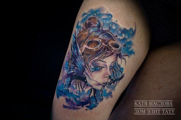 Татуировка в стиле акварель с изображением девушки и воронов