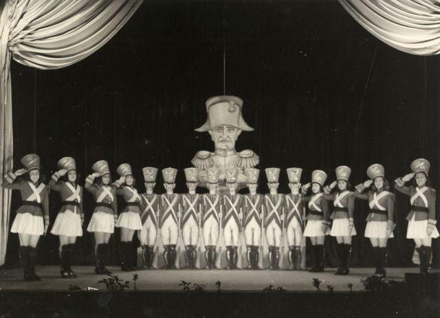 1938-1939. Afbeelding van een scène uit de revue 'Lachgas', uitgevoerd door de Utrechtsche Studenten Tooneelvereening (USTV), subvereniging van de studentenvereniging Unitas Studiosorum Rheno-Traiectina (USR), vermoedelijk in de Stadsschouwburg (Vredenburg) te Utrecht.