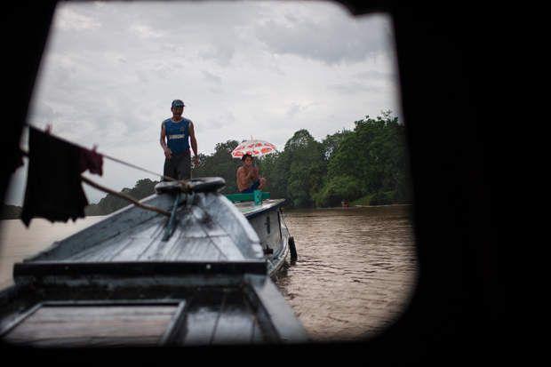 Convoyeur de troncs sur le fleuve Lamandau - Transport de grumes sur le fleuve Lamandau. Les trajets s'effectuent toute l'année, y compris lors de la saison des pluies où il peut pleuvoir plusieurs jours durant. Le transport fluvial est uniquement stoppé pendant la période d'étiage.