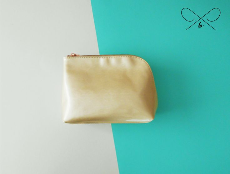 Cream large make-up bag from the luminous collection by Danielle Creations. Gorgeous shimmer effect with rose gold side zip function. Bags of room for all your beauty products. Also available in mint & blush pink.