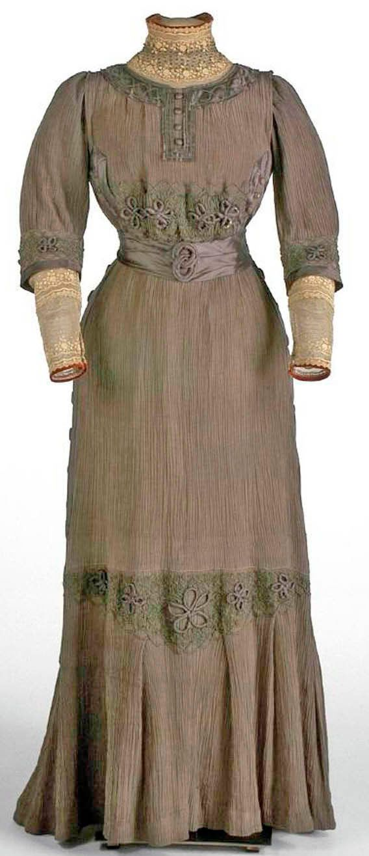 Gray silk taffeta dress, Liberty, ca. 1906-08, with mechanical lace, satin belt and cuffs, and ivory cotton lining. Museo del Traje