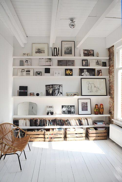 Un mur de fines étagères ton sur ton avec le mur blanc pour décorer et poser ses œuvres et objets.