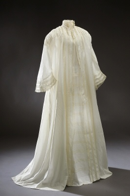 ~Morning gown 1850s~ Why don't people still wear these??