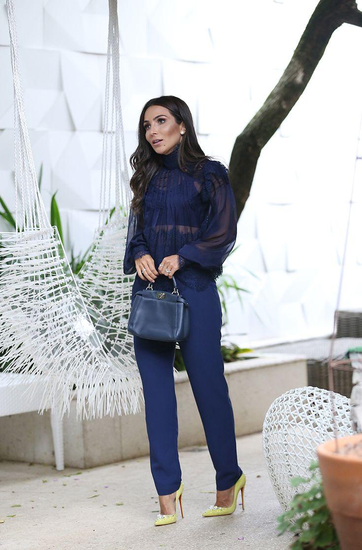 Look Lalá Noleto: conjunto de blusa e calça em tom de marinho, muito elegante! É uma cor rica e vibrante, puro luxo! A blusa e a calça azuis são da LN Brand.