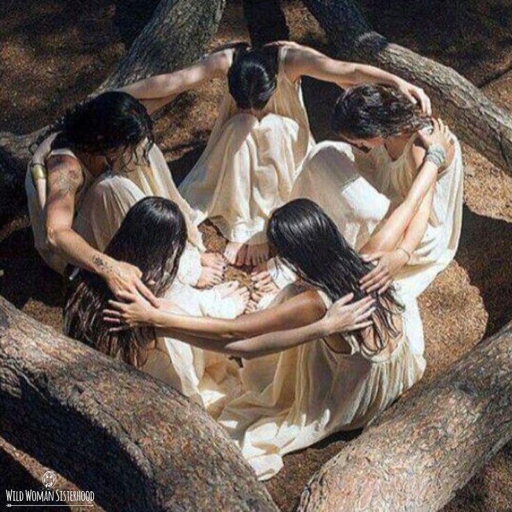 Soñamos juntos, de la mano Cantando canciones de la lengua antigua de Nuestras tierras fértiles Juntos nos unimos ... Restaurando nuestro derecho de nacimiento, Nuestra Divina Hermandad Femenina Tribu Como el Cosmos llenar la Tierra con Luz Vibratoria Todos mirando la misma Luna en la noche Conectado a la Las mareas, nosotros fluimos y chocamos Sin saber la diferencia entre usted o yo De dentro Recuerde que es hora ... SACRED WOMAN MEDICINE - <3