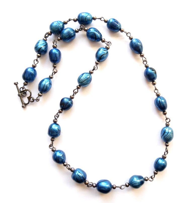 Halsband i svart metall med stora blå odlade pärlor.  Längd: 52cm
