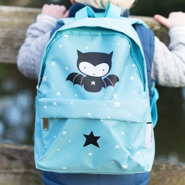 Esta divertida y simpática mochila será la compañera fiel de los más pequeños en todas sus aventuras: un día de playa, una excursión al bosque, una fiesta de pijamas...y también para ir al cole.