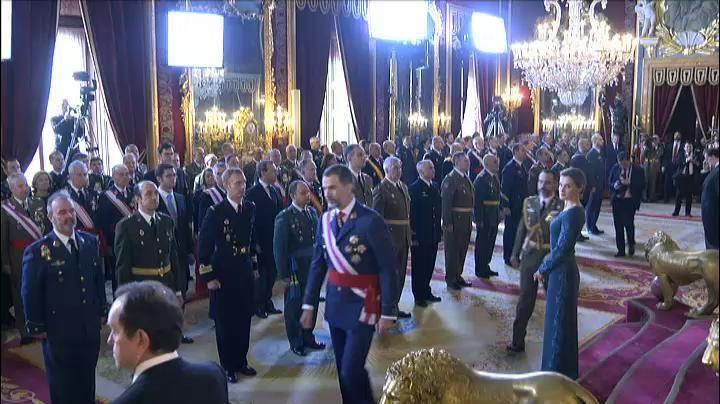 El acto de la Pascua Militar ha comenzado, a las 12.10 horas de este viernes, con la revista a una formación de la Guardia Real a cargo de Felipe VI en el Patio de la Armería del Palacio Real. Con uniforme de gala de capitán general del Ejército de Tierra, don Felipe ha llegado a la plaza exterior del palacio acompañado de la reina Letizia, donde han escuchado el himno nacional y la salva de 21 cañonazos que se lanza en los actos castrenses que preside el rey.