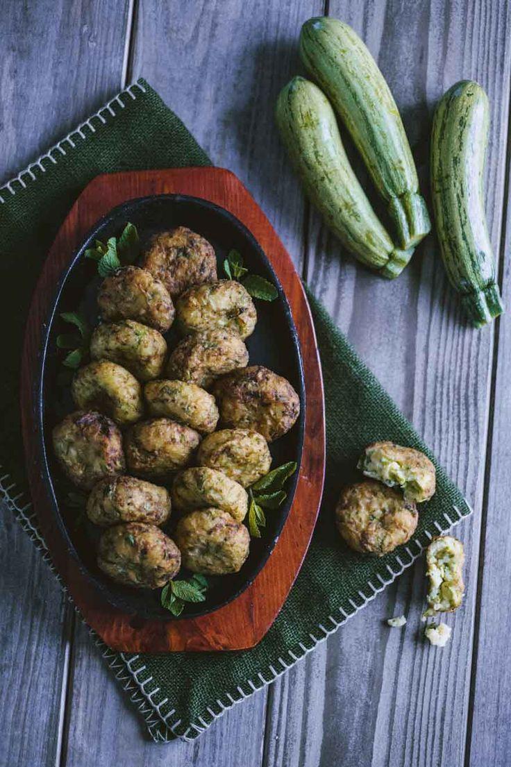 Polpette di zucchine: Le #polpette di #zucchine sono una bontà semplicissima ma irresistibile, le ameranno tutti! Provale per una cena in compagnia!