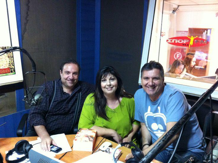 Η Λένα Μαντά καλεσμένη στη ραδιοφωνική εκπομπή του Σπορ FM «Οι Φουνταριστοί» με τους Μηνά Τσαμόπουλο στα αριστερά και Γιώργο Θαναηλάκη στα δεξιά!